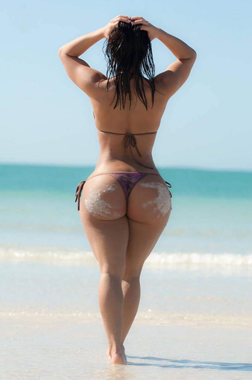 Фото круглых больших попок на пляже 16 фотография