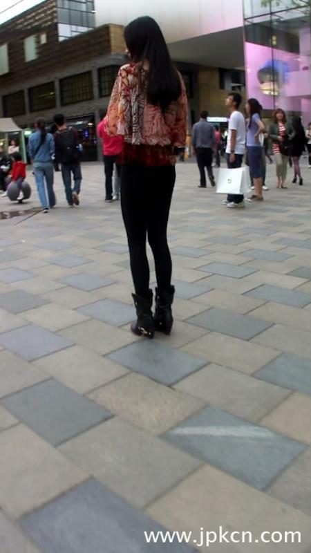 黑色紧身裤秀出好身材