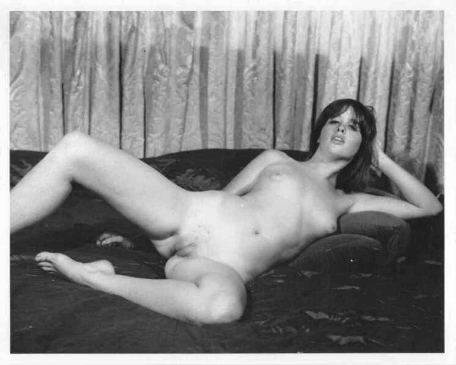 Девушки ретро голые